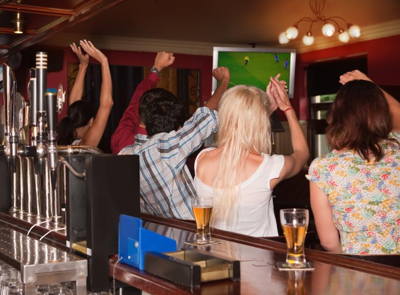 Sports-fans-in-bar